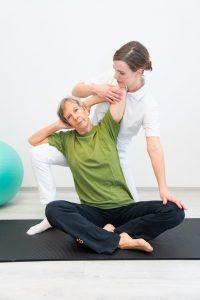 Veronika Winter korrigiert Frau bei Yoga Übung