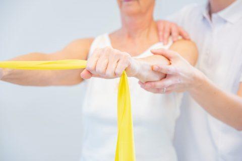 Physiotherapie Frau macht Fitnessübung