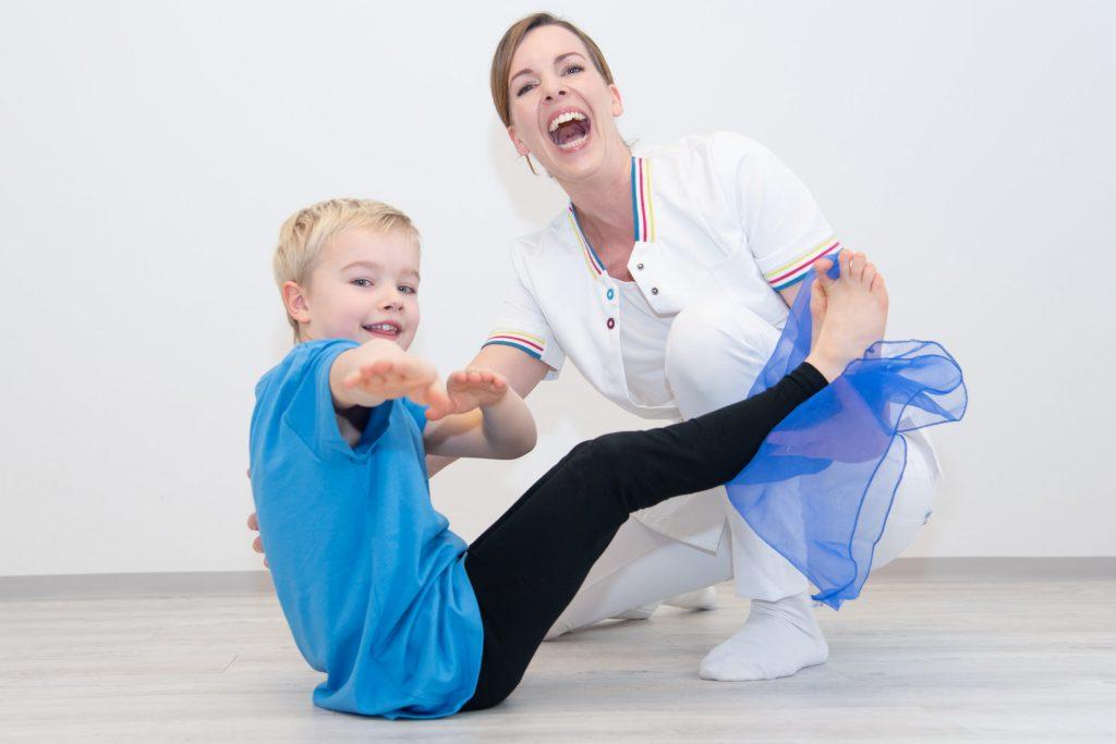 Kinderyoga - Bub bewegt sich mit Tuch