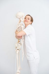 Veronika Winter mit Skelett