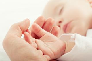 Erwachsenen_Hand_haelt_Baby_Hand